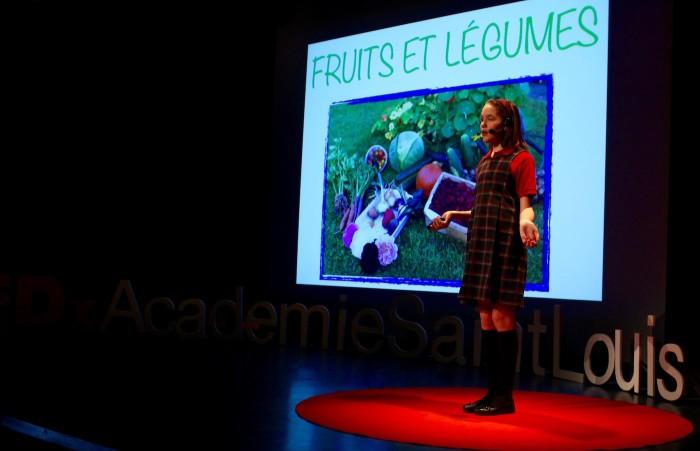 Photo de Léa-Jade Boutin sur la scène de TEDxAcadémieSaintLouis