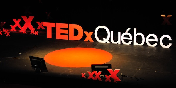 Photographie des grosses lettres TEDxQuébec sur la scène