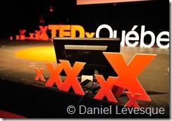 Photographie du moniteur disposé sur scène dans le champ visuel du présentateur (TEDxQuébec)
