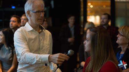 Photo : Denis François Gravel questionne une participante durant l'atelier conférence : L'Art de la présentation - devant la communauté des Femmes Alpha