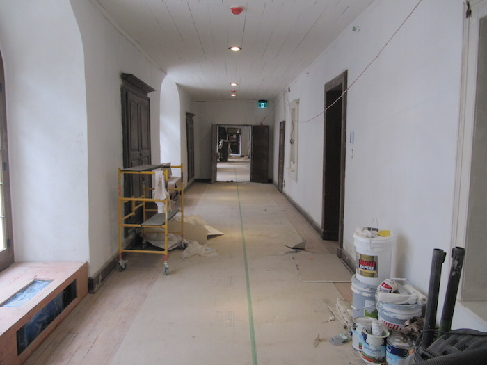 Le corridor près des salles